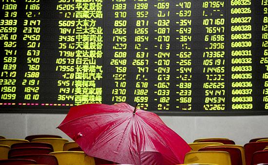 На мониторе брокерской конторы в Китае информация о падении цен