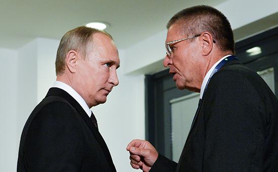 Президент России Владимир Путин (слева) иАлексей Улюкаев. Октябрь 2016 года