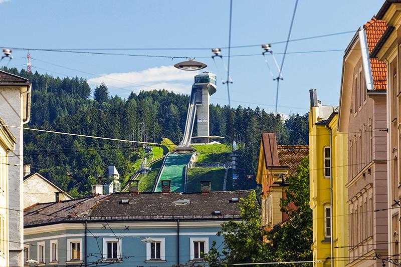 Лыжный трамплин «Бергизель» (Bergiselschanze) вИнсбруке (Австрия)  Лыжный трамплин вавстрийском Инсбруке был построен еще в1930 году истех пор многократно реконструировался. В 1999 году архитектурное бюро Хадид Zaha Hadid Architects выиграло конкурс наего реконструкцию. Строительство было завершено в2002 году, стоимость проекта составила €15млн