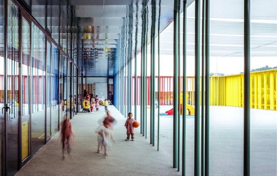 Детский сад рассчитан на 1 тыс. человек. Кроме учебных комнат, здесь оборудованы помещения для игр и отдыха, многофункциональный зал, а также внутренний двор с большой игровой площадкой