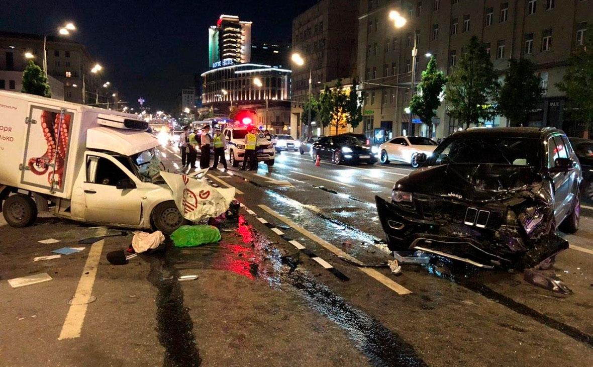 Место автомобильной аварии с участием актера Михаила Ефремова на Смоленской площади в Москве