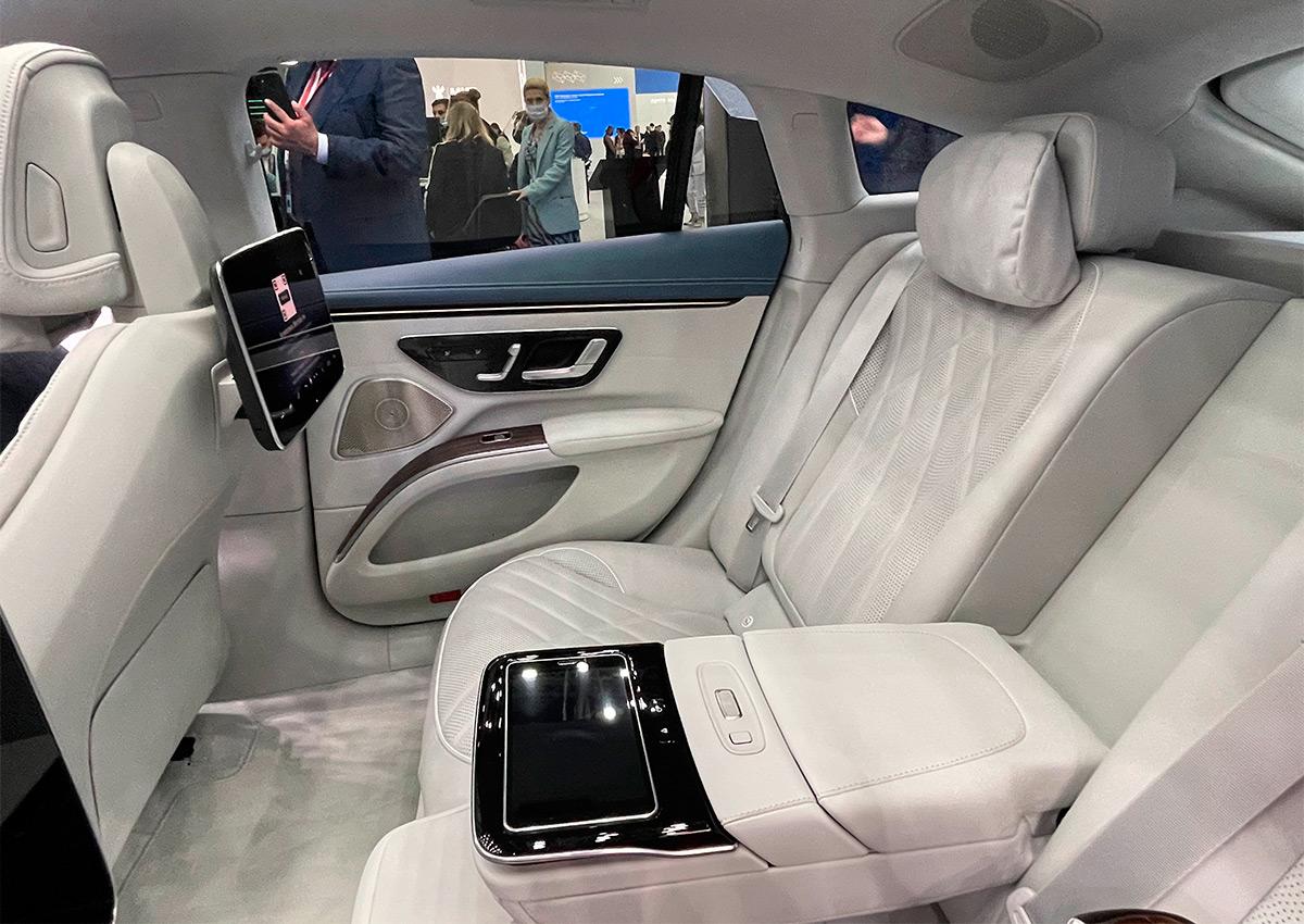 <p>По обустройству заднего ряда Mercedes-Benz EQS напоминает новейший S-класс.</p>
