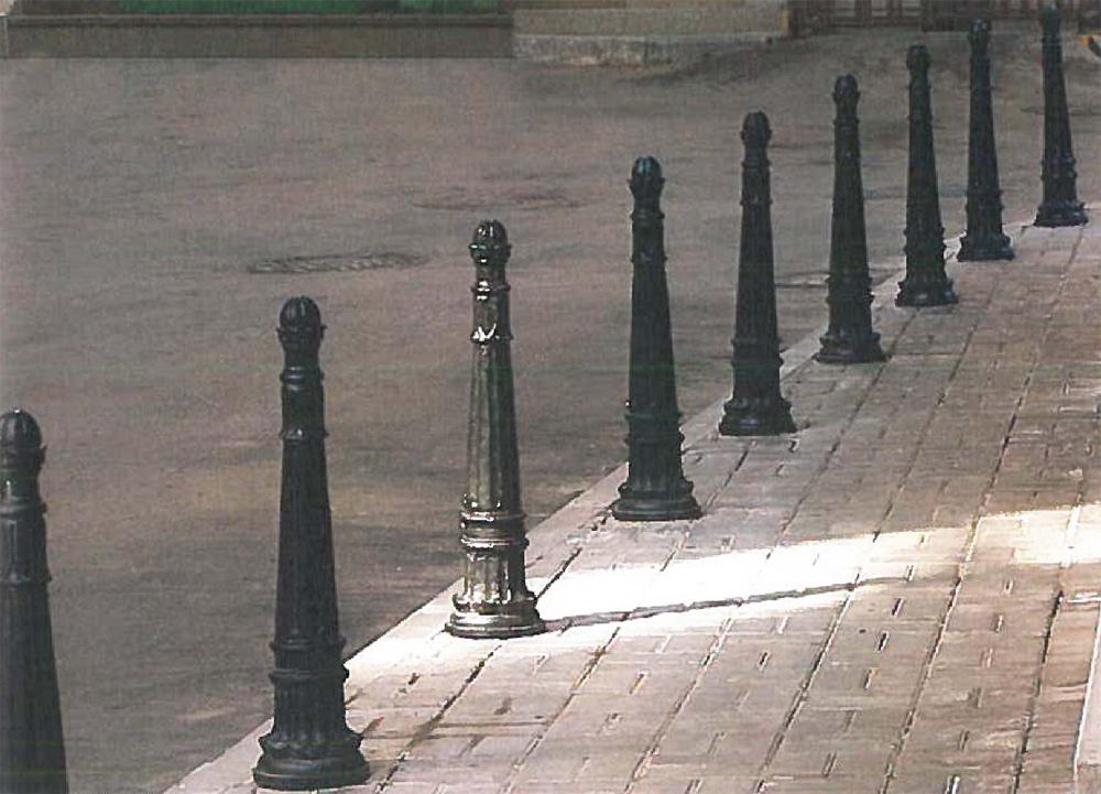 Использование ограждающих конструкций для направления движения пешеходов и отделения проезжей части. Целесообразно использовать ограждающие конструкции со светоотражающими элементами для предупреждения участников автомобильного движения о границах пешеходной зоны