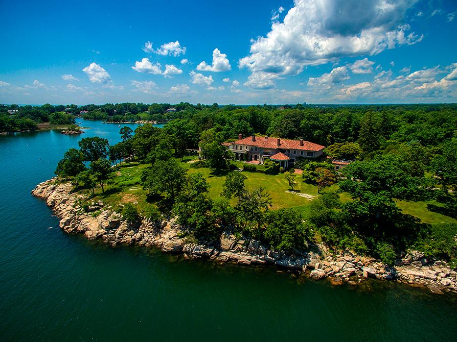 Стоимость: $175 млн Поместье «Великий остров» находится в штате Коннектикут на острове площадью более 263 тыс. кв. м., соединенном с материком с помощью мостов. На острове располагается более 200 каменных строений, жилых и хозяйственных, самое старое из которых было построено в 1860-х годах. Центральный особняк — Villa Juliette — датируется 1902 годом. Остров находится в часе езды от Манхэттенаи является самым большим объектом частной недвижимости в непосредственной близости от Нью-Йорка