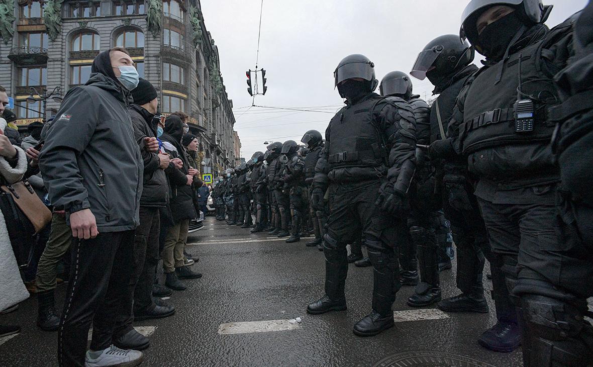 Сотрудники правоохранительных органов и участники несанкционированной акции сторонников Алексея Навального