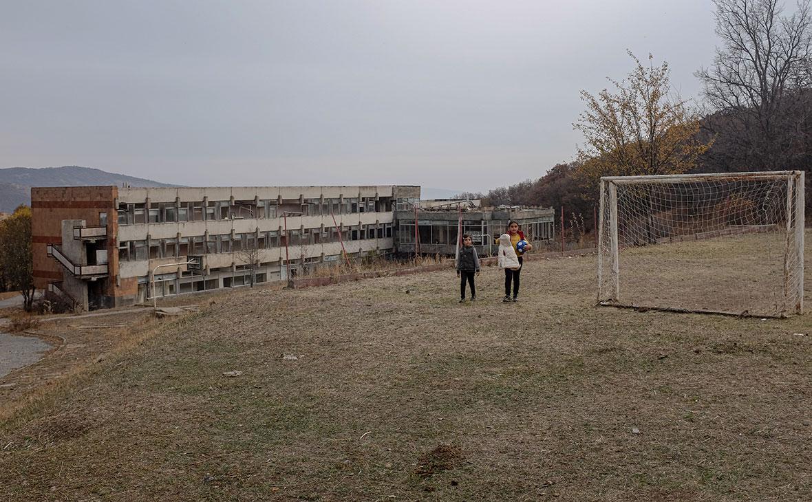 Дети временных переселенцев на поле у санатория «Бужакан»