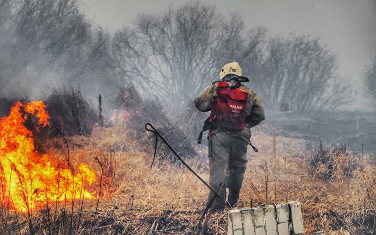 В пригороде Кургана загорелась сухая трава на площади 1,5 тыс. кв. м