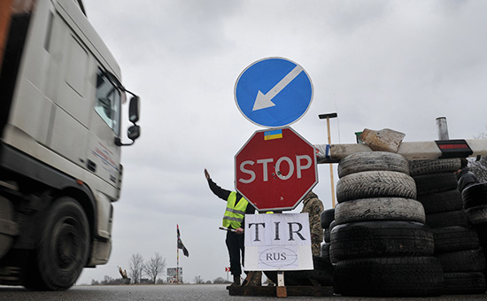 Украинские активисты блокируют движение российских фур во Львовской области. 15 февраля 2016 года