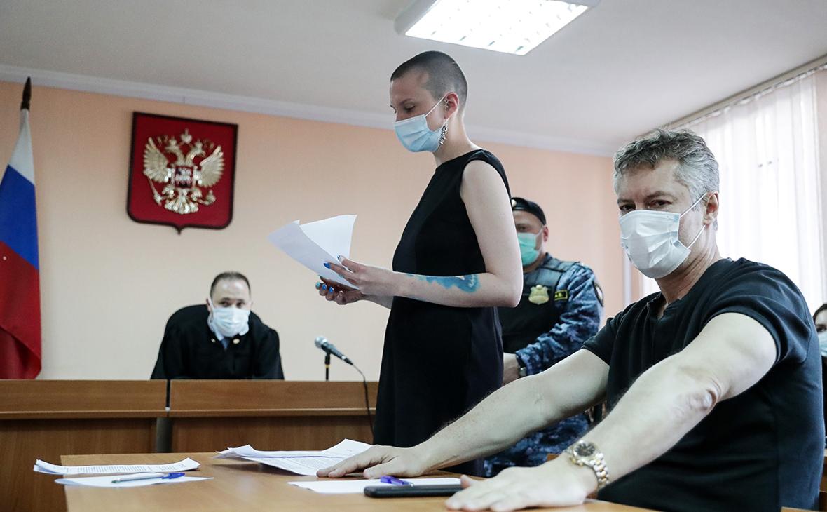 Евгений Ройзман и его юрист Юлия Федотова во время рассмотрения дела об организации и участии в несанкционированных акциях