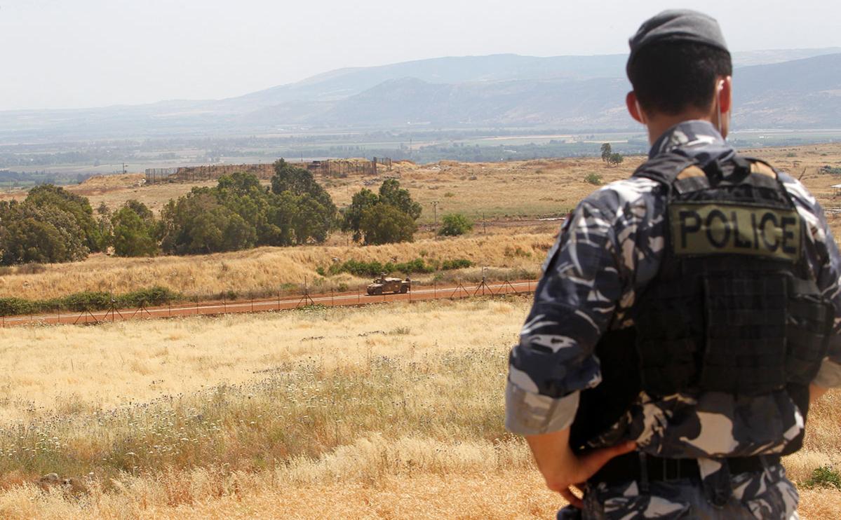 Сотрудник ливанской полициинедалеко от границы с Израилем, на юге Ливана