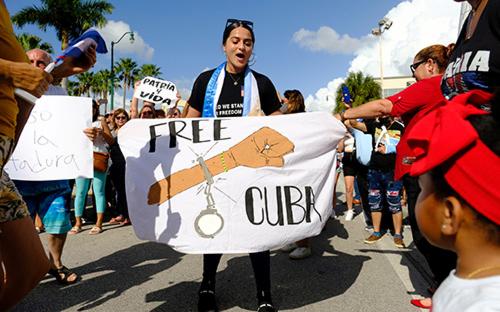 Мэр Майами предложил рассмотреть вариант нанесения авиаударов по Кубе