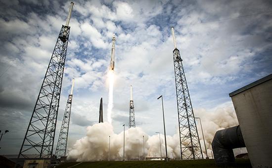 Запуск космического корабля с мыса Канаверал, штат Флорида