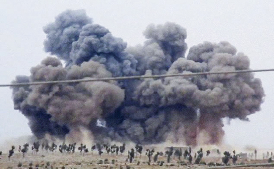 Дым после авианалета в окрестностях населенного пунктаКафр Набель в провинции Идлиб на западе Сирии