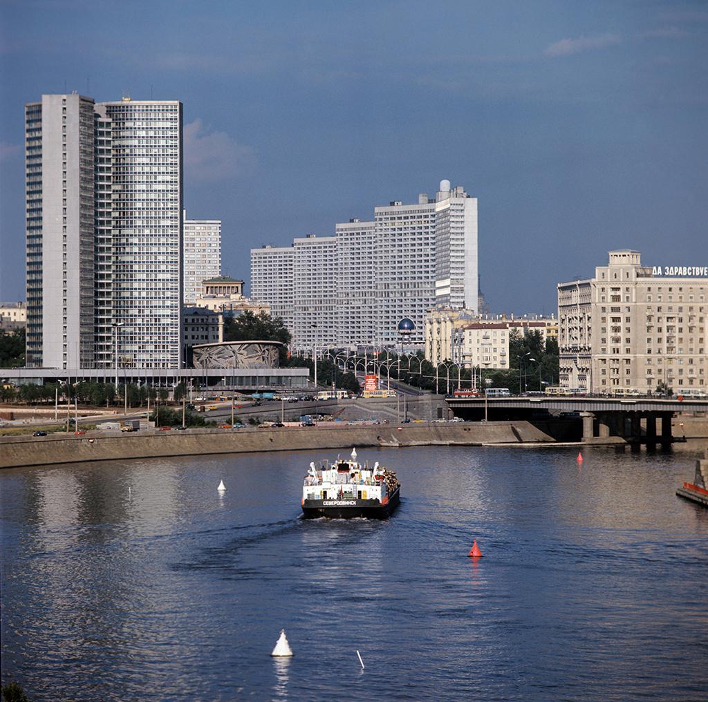 Вид на Москву-реку, Краснопресненскую набережную, здание Совета Экономической Взаимопомощи (слева) и высотные дома на проспекте Калинина, 1977 год