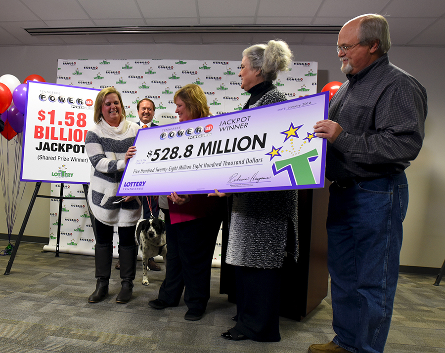 В январе 2016 года в американской лотерее Powerball был разыгран крупнейший джекпот в истории на сумму более $1,5 млрд. Угадать выигрышную комбинацию удалось обладателям трех билетов, каждый из которых решил получить приз сразу, а не на протяжении 30 лет. По этой причине сумма выплаты составила $327,8 млн каждому. Эта лотерея вызвала серьезный ажиотаж в стране: организаторы ожидали, что доход от продажи билетов достигнет $1,3 млн в минуту в вечерние часы пик