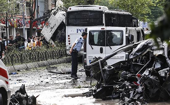 На месте взрыва заминированного автомобиля в Стамбуле.7 июня 2016 года