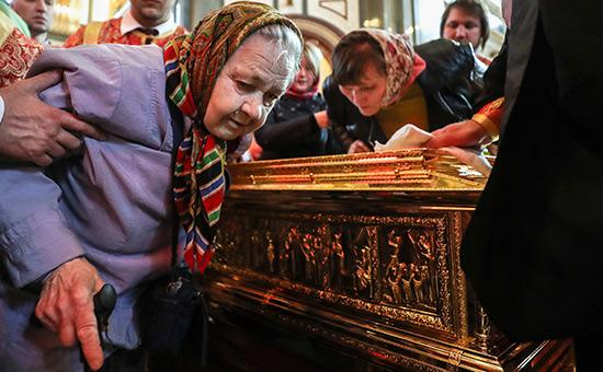 Верующие вовремя поклонения мощам святителя Николая Чудотворца в храме Христа Спасителя