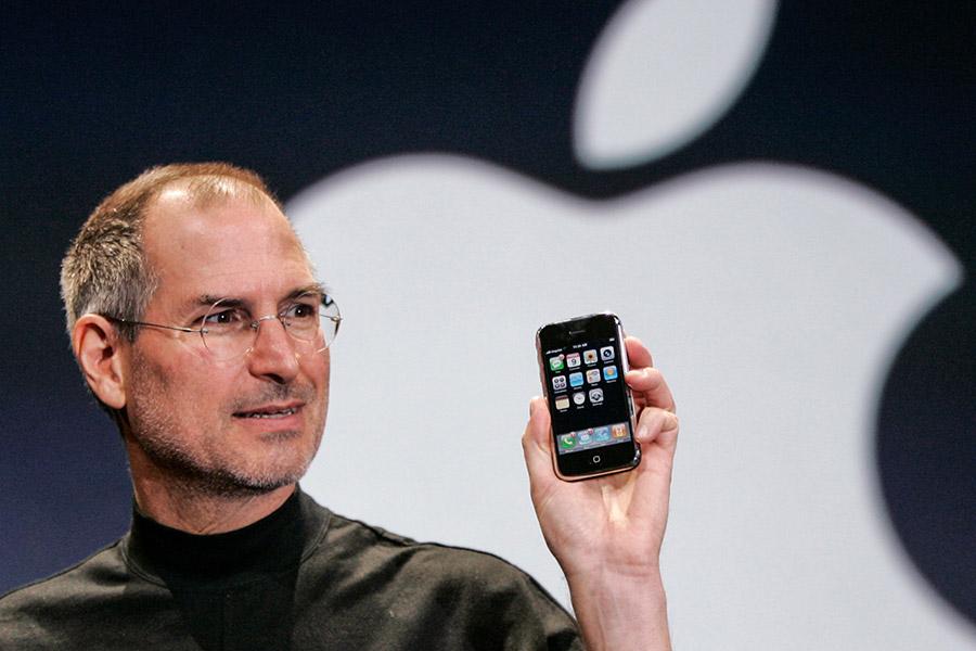 Один из основателей Apple Стив Джобс представил первый iPhone в январе 2007 года
