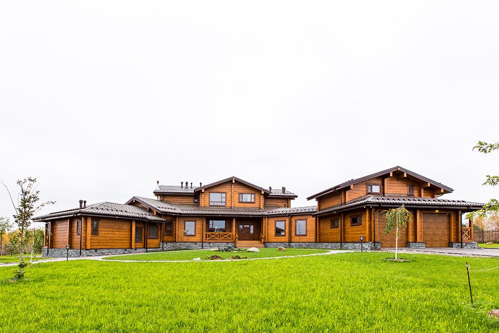 Дом разделен натри функциональные зоны: центральную часть, правое илевое крылья  На фото: общий вид парадного фасада дома