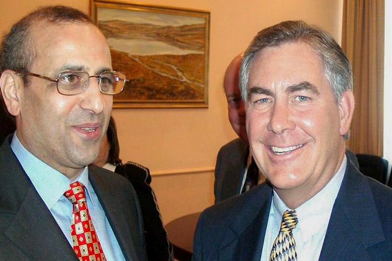 10 апреля 2002 года. Встреча в Москве министра энергетики Игоря Юсуфова (на фото слева, занимал пост министра в 2001–2004 годах)и Рекса Тиллерсона, который на тот момент был старшимисполнительнымвице-президентом ExxonMobil.  «По итогам этой встречи и я как министр энергетики, и Тиллерсон сделали все возможное, чтобы состоявшийся в октябре 2002 года Первый российско-американский деловой энергетический саммит прошел успешно: именно на нем впервые была сформулирована доктрина взаимодействия двух великих держав в области энергетики», —рассказал ЮсуфовРБК.
