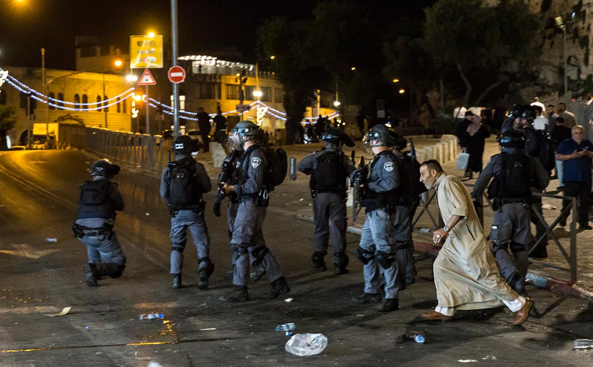 Израильские полицейские у мечети Аль-Акса