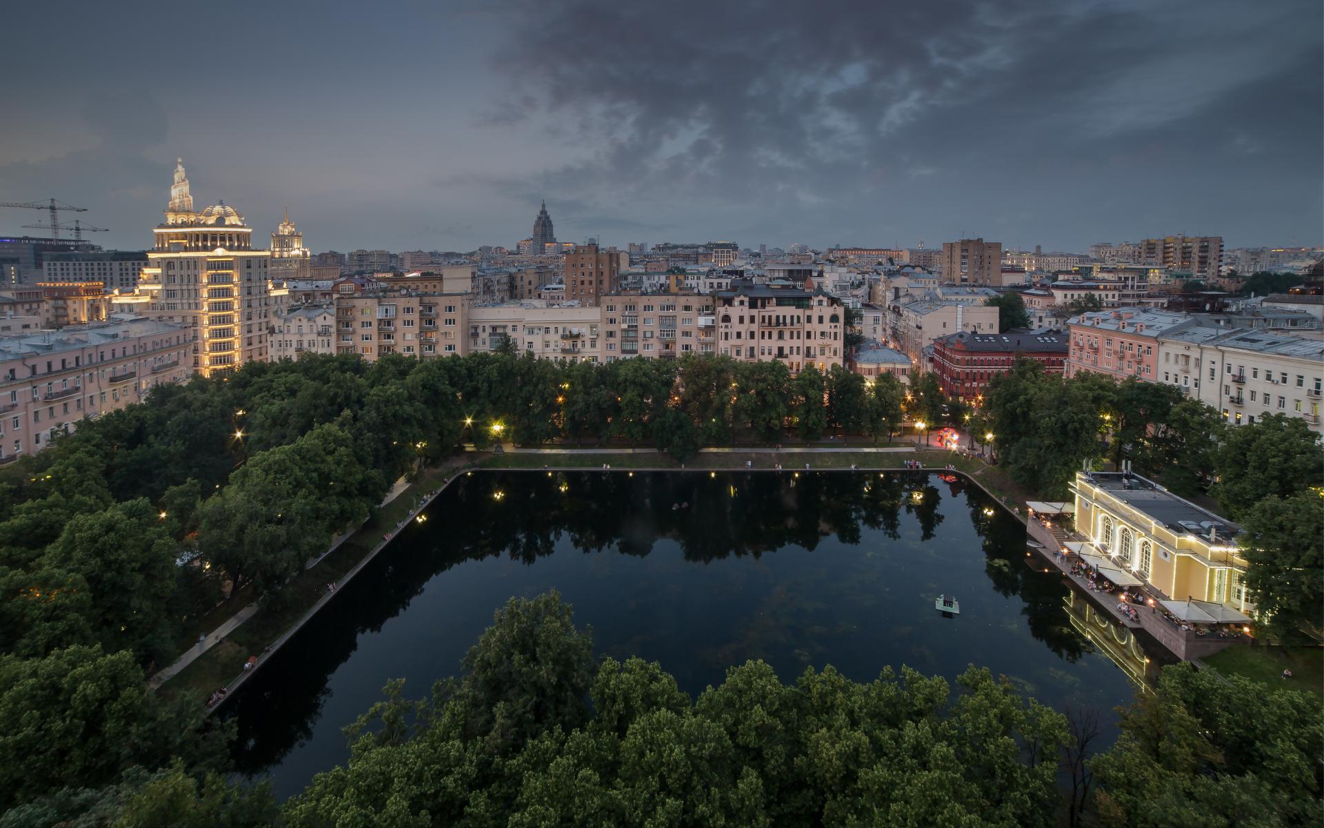 Вид на Патриаршие пруды в Москве