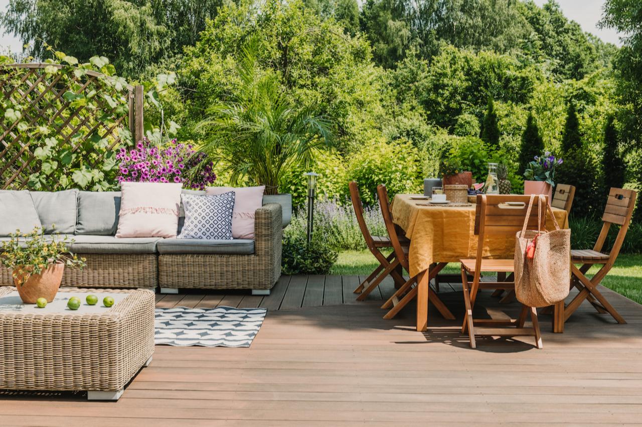 Самый простой и бюджетный вариант — купить садовую мебель и организовать небольшую зону отдыха