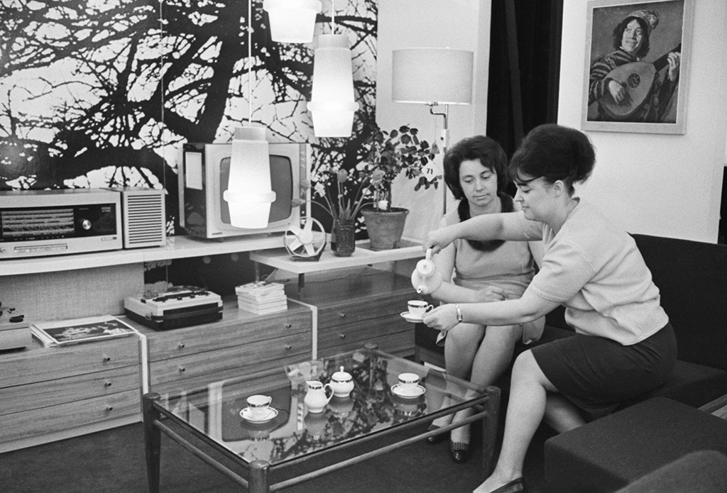 Выставка «Бытовые электроприборы исветильники производства ГДР». Экспозиция—интерьер жилой комнаты. 4 июня 1969 года