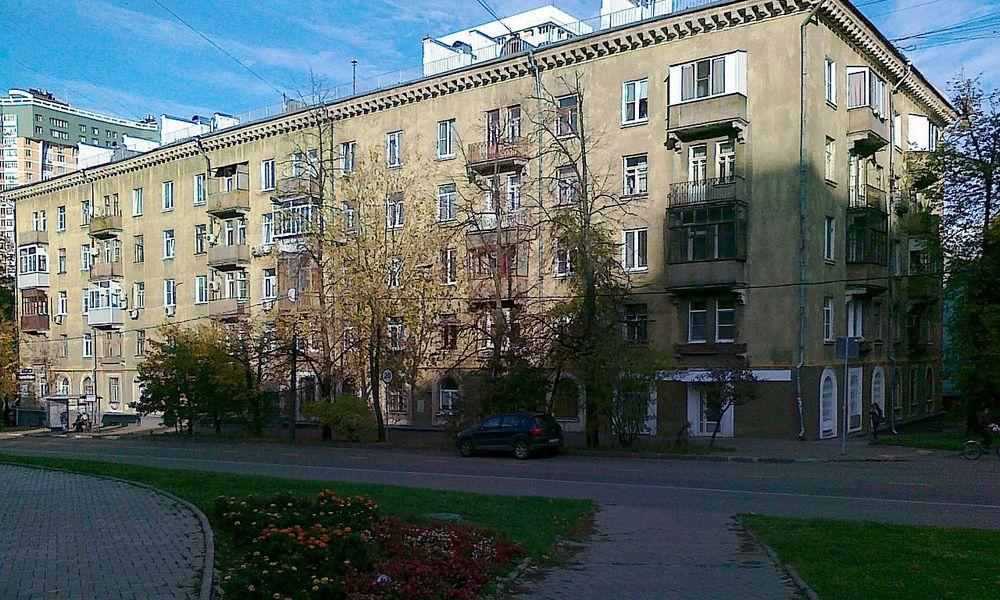 Типовые пятиэтажки (на фото в центре) в Кунцеве часто соседствуют с более современными домами (на заднем плане)