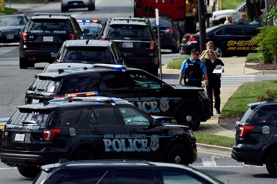 По словам одного из сотрудников, стрельба началась около 14:40 по местному времени. Неизвестный открыл огонь прямо через стеклянную дверь редакции
