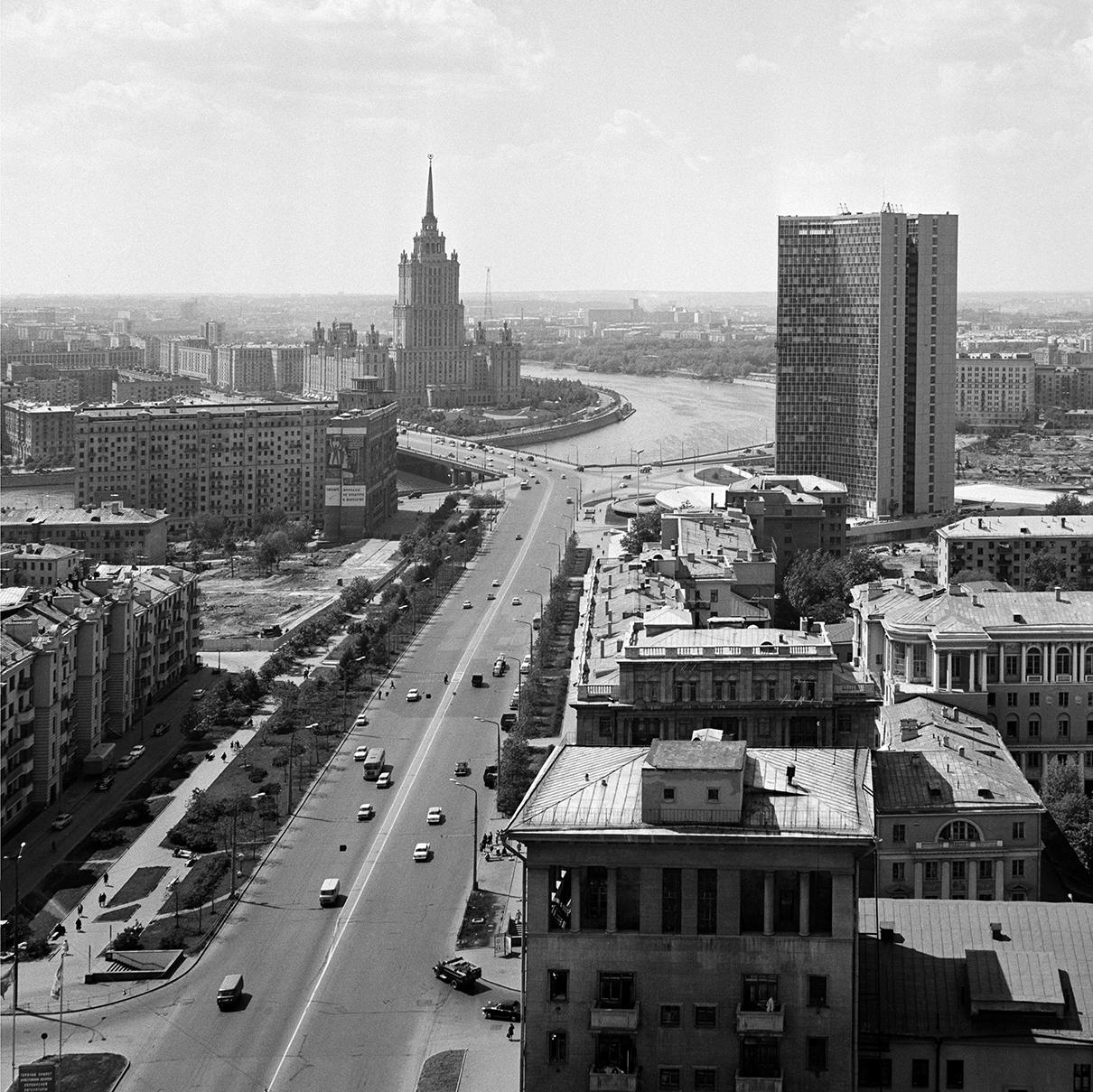 Вид на Калининский проспект в 1969 году. Справа виден пустырь, на месте которого построят Дом Советов