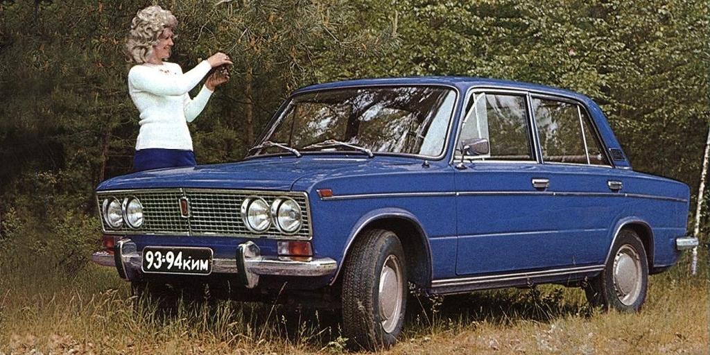 В 1972 г. в Тольятти началось производство модели ВАЗ-2103 – «люксового» варианта «копейки», максимально унифицированного с базовыми седаном. Внешне он отличался иной облицовкой радиатора, хромированными молдингами, сдвоенными фарами и более вытянутыми крыльями. Полуторалитровый мотор развивал 71 л.с. и разгонял автомобиль до 100 км/ч за 19 секунд. В 1976 г. Porsche предложила вариант рестайлинга «трешки» с переработанной передней панелью, измененной решеткой радиатора и без старомодного хрома.