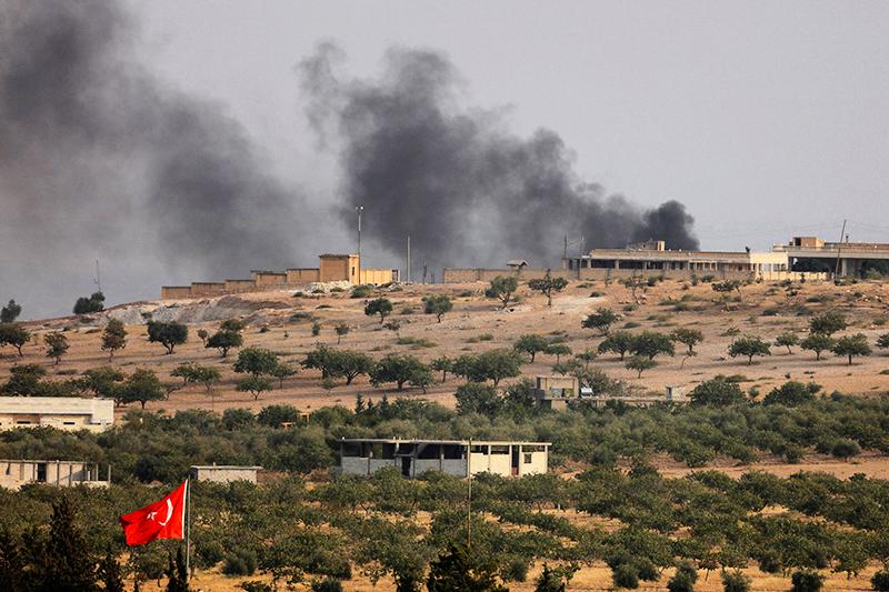 Дым надсирийским городом Джераблус, которыйнаходится неподалеку оттурецко-сирийской границы. 24 августа 2016 года