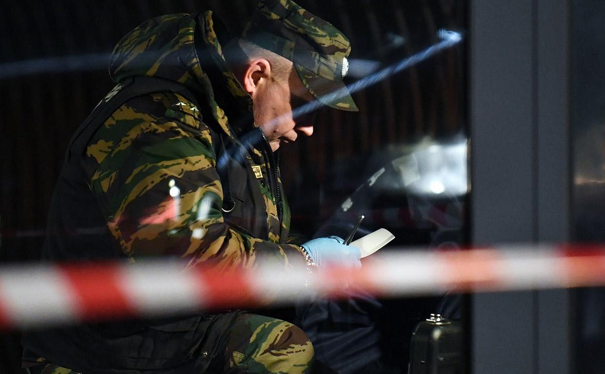 Сотрудник правоохранительных органов у входа в башню «Око»