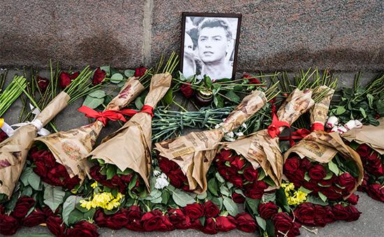 Цветы на месте убийства Бориса Немцова, март 2015 года
