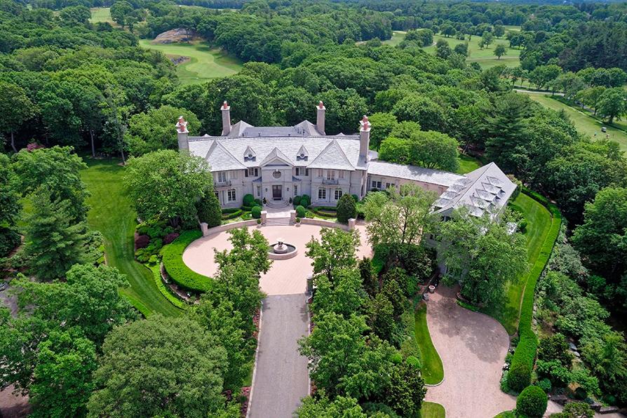 Стоимость: $90 млн  Особняк на одну семью в штате Массачусетс. Построен в 1999 году в колониальном стиле. Площадь участка 56,7 тыс. кв. м, дома — около 2,5 тыс. кв. м. В доме восемь спален и 12 санузлов. Интерьер и фасад особняка украшены декоративными камнями, подобранными дизайнером
