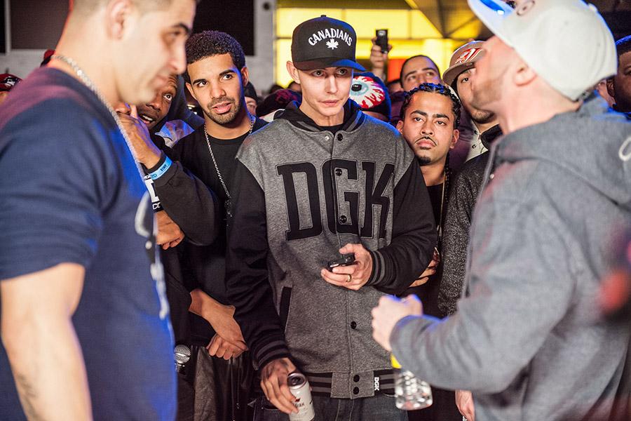Drake и Органик (слева направо на втором плане) на баттле KOTD Dizaster vs Arcane