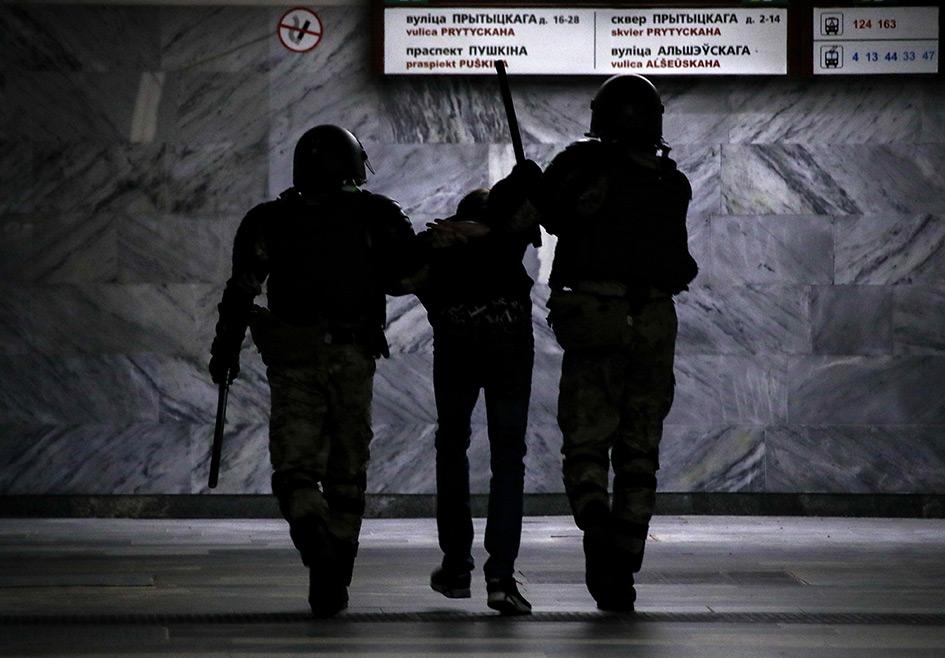 Белорусские силовики и участник акции протеста против результатов выборов президента Белоруссии на станции метро «Пушкинская»