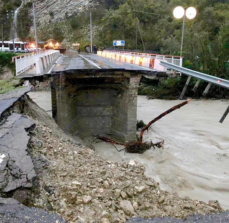 24 октября в Туапсинском районе за шесть часов выпала месячная норма осадков. Стихия разрушила мост на реке Макопсе на трассе между Сочи и Туапсе