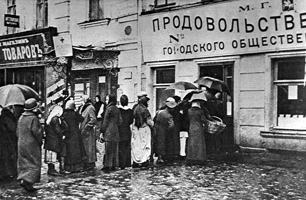 Первая Мировая война. Очередь у продовольственной лавки вМоскве, 1915 год