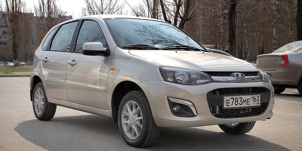 Lada Kalina (20 982)  Спрос на бюджетную модель, которая теперь в хорошей комплектации стоит под 600 тыс. рублей, стремительно падает третий год подряд. Kalina еще недавно стабильно входила в первую «десятку», а теперь довольствуется лишь 17-м местом со скромным для себя результатом в 20 982 автомобиля.