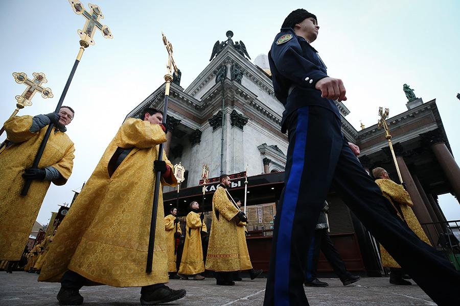 Участники крестного хода околоИсаакиевского собора