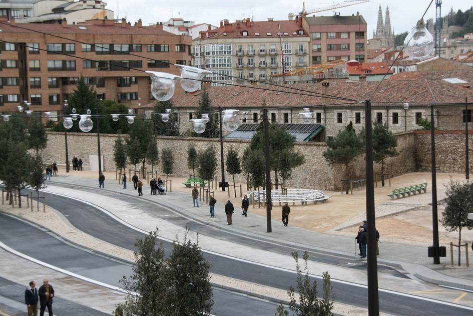 Бургос, Испания  Испанский город Бургос снаселением 178тыс. жителей—еще один пример комплексного проектирования отHerzog & de Meuron. Архитектурное бюро разрабатывало генеральный план города с2004 по2006год, ав2007 году документ утвердила местная администрация. После этого Бургос начал развиваться какважный транспортный узел, соединяющий северные регионы Испании сюжными
