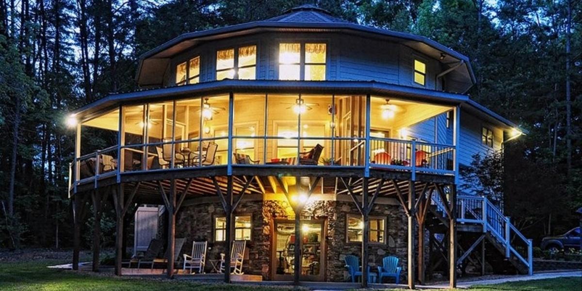 Дизайнерская компания Deltec Homes из штата Северная Каролина разрабатывает жилые дома, предназначенные для противостояния ураганам. Энергоэффективные здания под названием Deltec имеют круглую форму, благодаря которой ветер огибает всю постройку, а не концентрируется с одной стороны