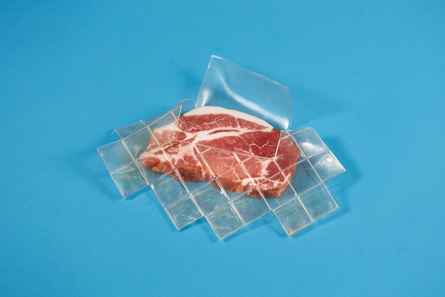 Кусок мяса в обертке Bioplastic Skin