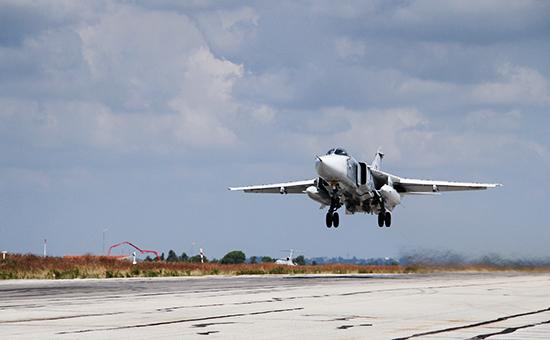 Российский фронтовой бомбардировщик Су-24 взлетает савиабазы «Хмеймим» вСирии