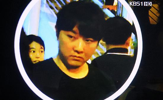 Архивный скриншот видео Korean Broadcasting System. Ким Чен Чхоль на концерте Эрика Клэптона в Сингапуре, в феврале 2011 г.