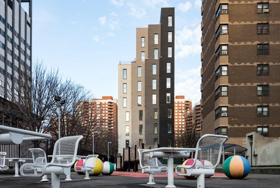 Carmel Place состоит изчетырех разновысотных «мини-башен» шириной3,3 м каждая. Все «башни» окрашены всобственный оттенок серого иликоричневого цвета