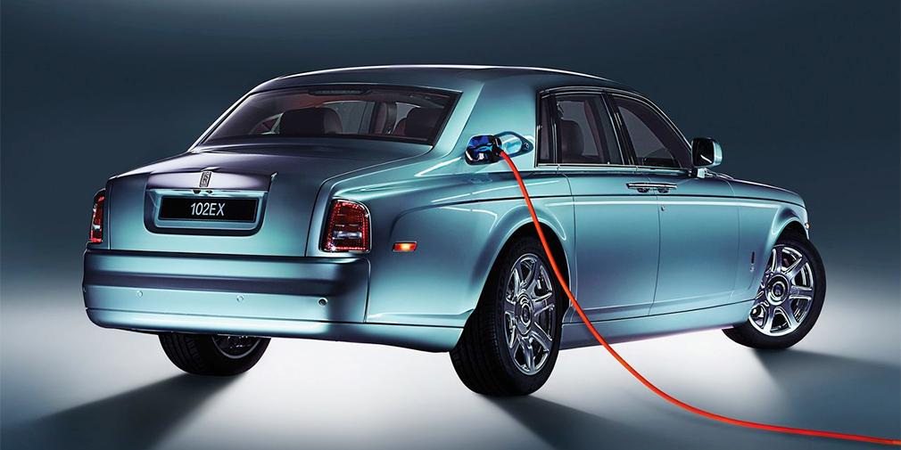 В 2011 г. Rolls-Royce представил свой первый электромобиль 102EX. Машину дали опробовать пятистам клиентам британской компаний и в результате решили не запускать ее в серию. Испытатели оценили характеристики (394 л.с. и 800 Нм), но раскритиковали недостаточный запас хода в 200 километров. Тем не менее, в будущем Rolls-Royce поедут на электротяге и получат автопилот.