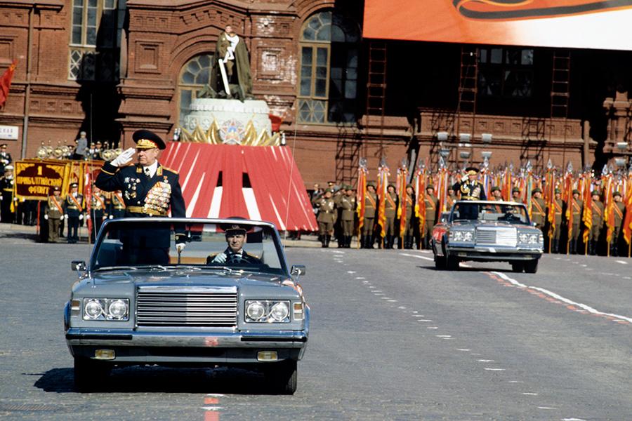 Военный парад 1990 года. Министр обороны СССР Дмитрий Язов (слева) и командующий парадом генерал-полковник Николай Калинин
